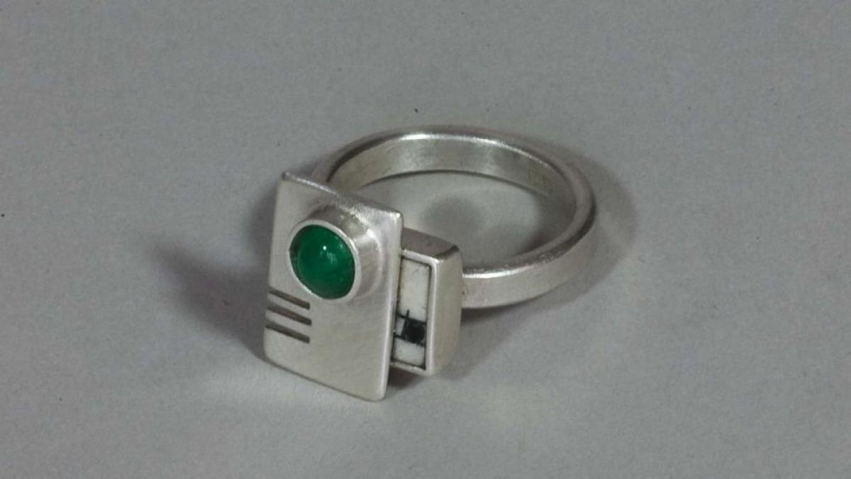 Ring in Silber und Porzellan mit Smaragd