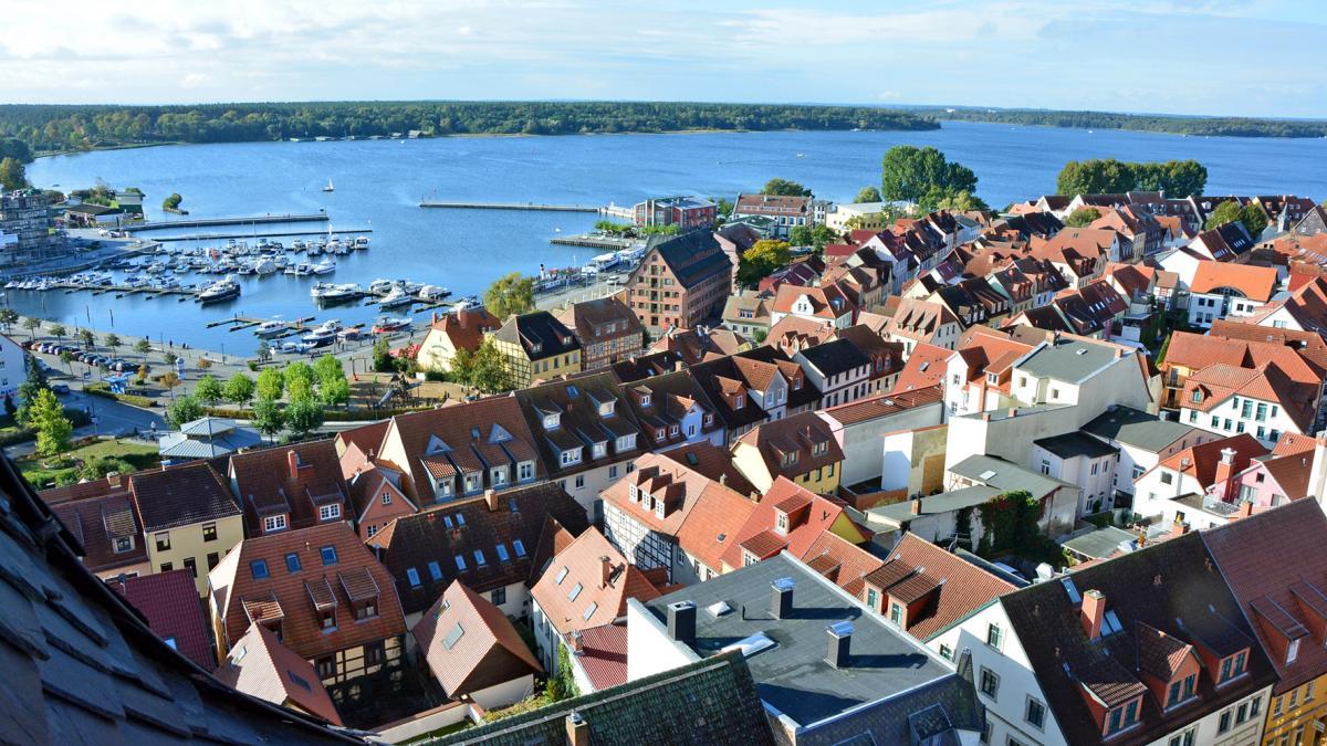 Waren (Müritz) Blick über die Altstadt und den Hafen