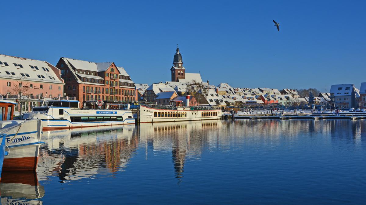 Waren (Müritz) Stadthafen im Winter
