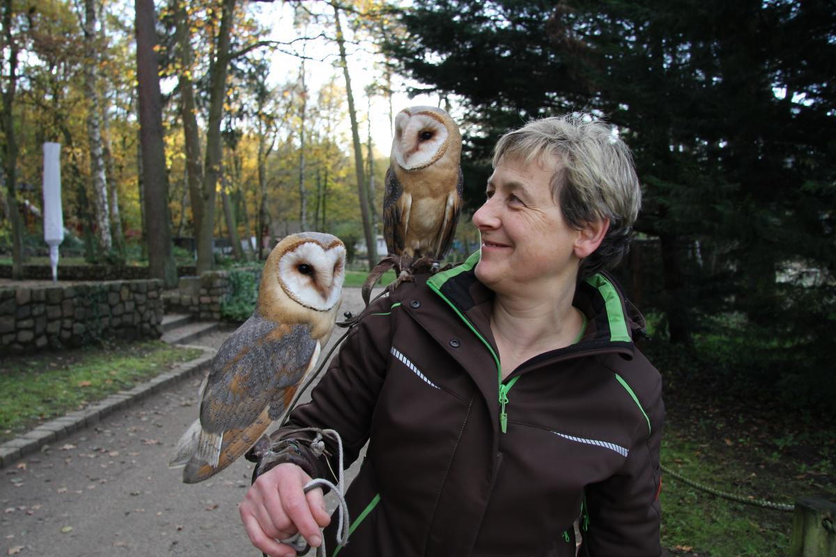Tierpflegerin Liane Kasch mit den Schleiereulen Ingo und Gerdchen