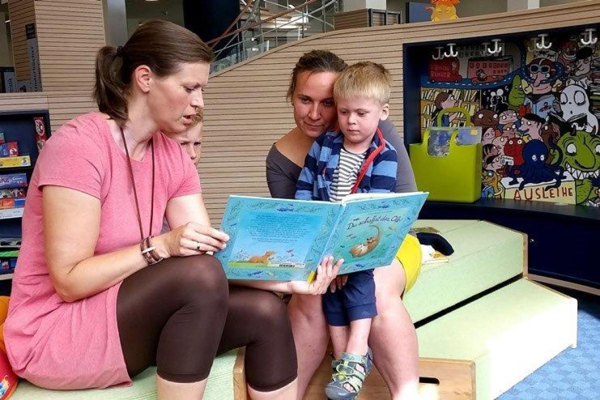 1_Frau Lütcke beim Vorlesen in der Regionalbibliothek © Elke Riedel, Stadt Neubrandenburg