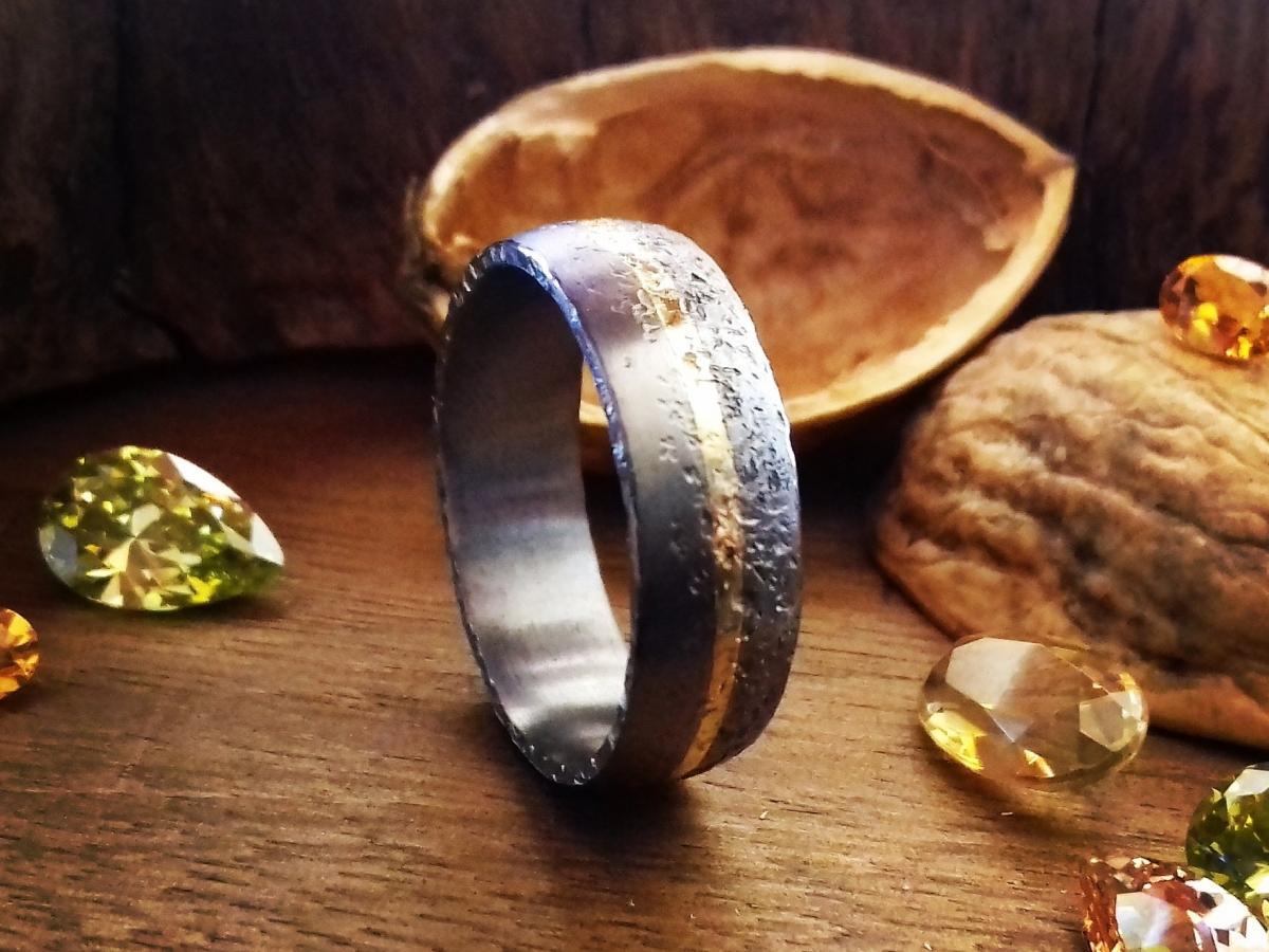 Tantal als Ring mit einer Gelbgoldeinlage