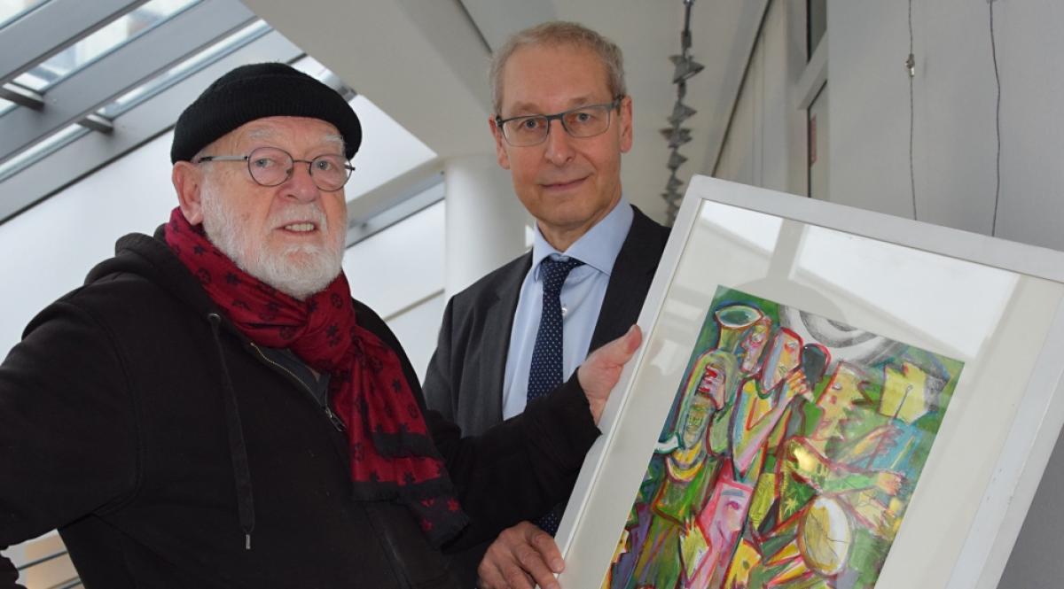 Joachim Lautenschläger (l.) und Thomas Hartung, Vorstandsmitglied der Sparkasse Mecklenburg-Strelitz, in der Ausstellung