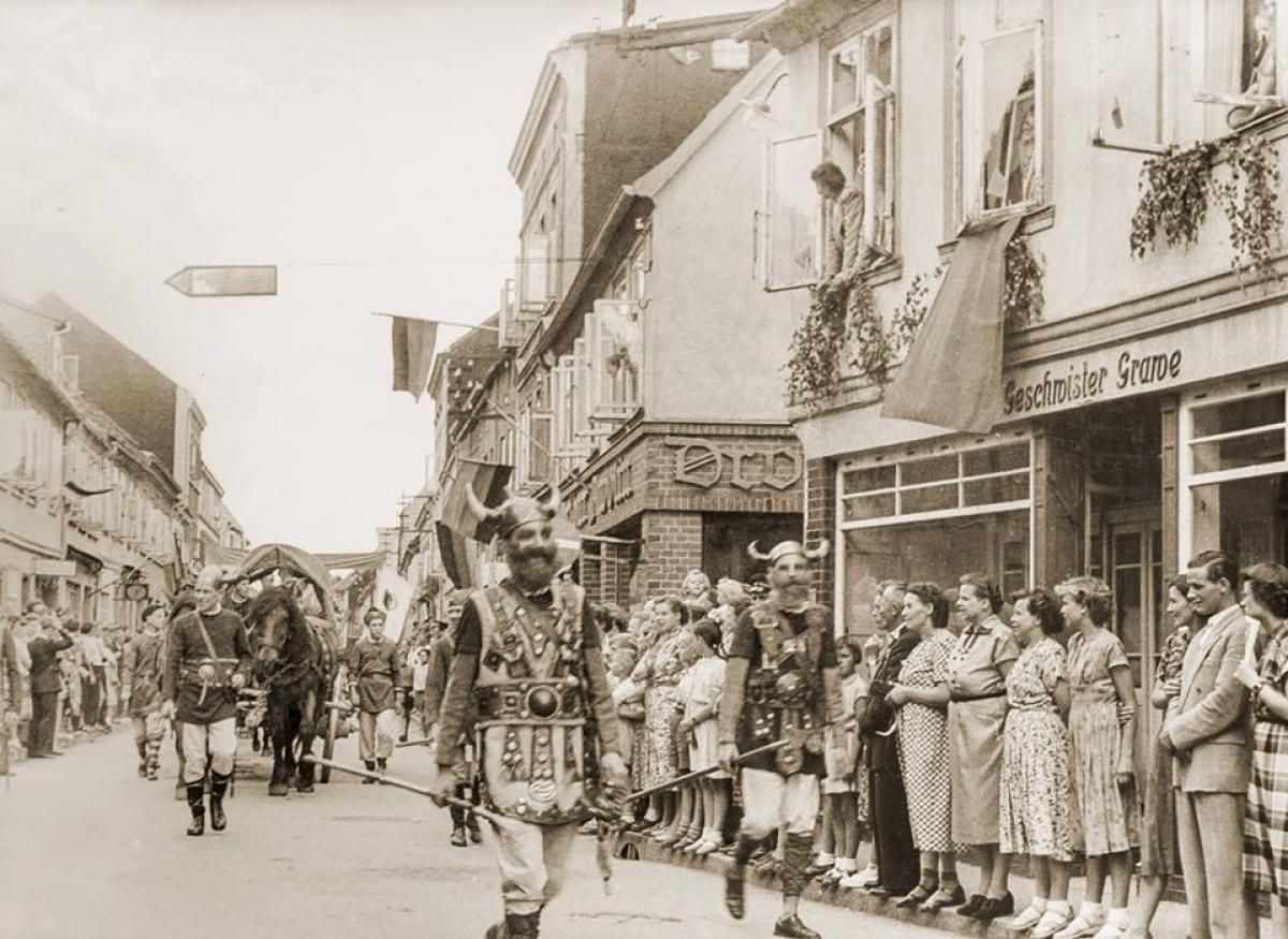 Festumzug-Warener Straße, Teterow 1960