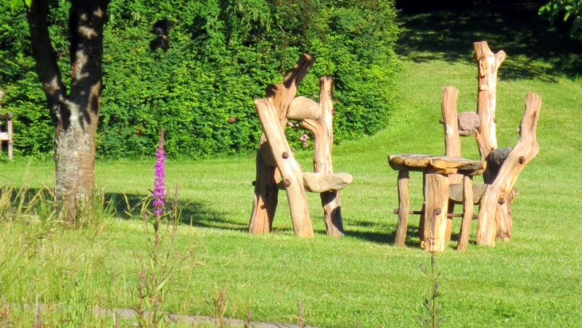 Sitzgruppe. Tisch und Stühle aus schweren Feldsteinen, die nicht oft umgestellt werden und bisher jedem Sturm standgehalten haben.